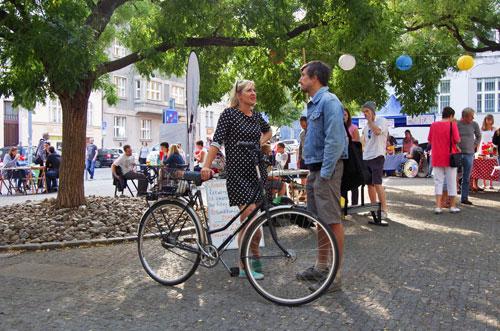 Wer sein Fahrrad liebt, der schiebt – oder macht kurz Pause, um sich mit Fußgängern zu unterhalten.