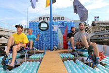 Auf Plastikflaschen die Elbe hinab