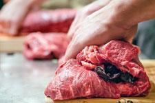 Vom Gefängnis in die Fleischfabrik