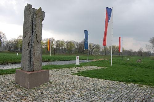 Vier Flaggen schmücken das Dreiländereck zwischen Tschechien, Polen und Deutschland.