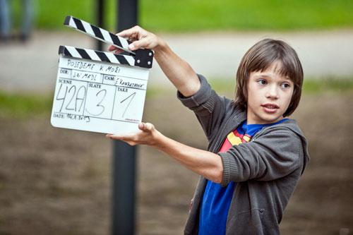 """Der junge Tomáš beim Filmdreh in """"Pojedeme k moři"""""""