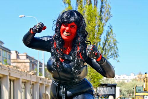 Marie Tsivosová ist Landschaftsarchitektin. In ihrer Freizeit verwandelt sie sich in einen Red She-Hulk, der gerne Gebäude zerstört.