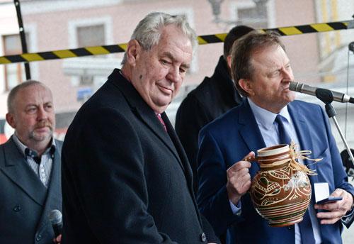Skurrile Auftritte sind Miloš Zemans Spezialität. Seine Popularität leidet darunter nicht.
