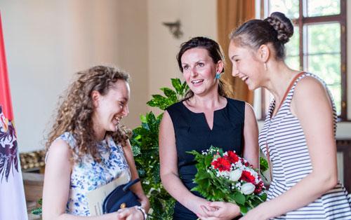 Lucie Čechová (Mitte) freut sich mit ihren Schülerinnen über den Preis.