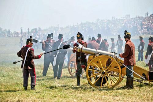 Mit historischen Waffen und Uniformen wird die Schlacht nachgestellt.