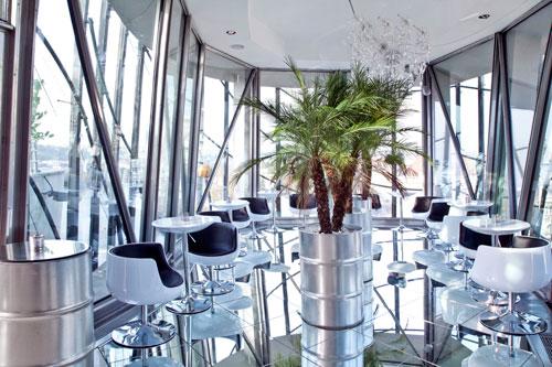 In der gläsernen Bar können sich Besucher eine Pause gönnen.