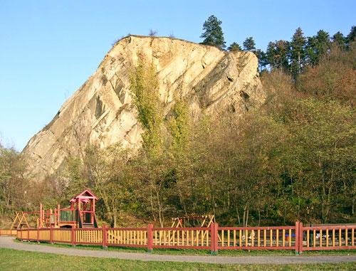 Auf dem Felsen in Braník soll sich einst eine Burg befunden haben.