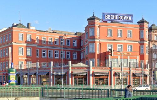 Der Name Becher ziert bis heute das Fabrikgebäude. Am Becher-Eck in Karlovy Vary ist auch ein Museum eingerichtet.