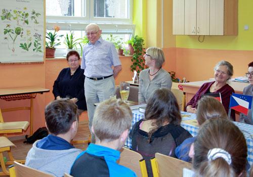 Harald Richter erzählt den Kindern von früher – in der Schule, die auch er einst besuchte.