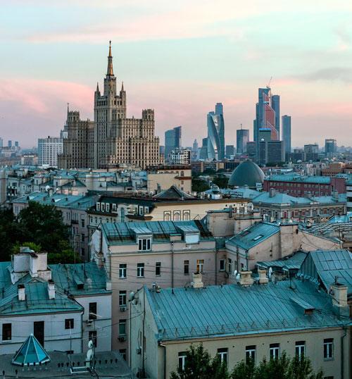 Stadtviertel Moskau City im Abendlicht
