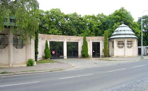 Zwei Pavillons flankieren das Eingangsportal.