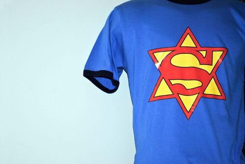"""T-Shirts sind bei Kunden des """"Jewish E-Shop"""" besonders beliebt."""