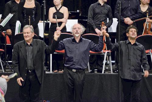 Petr Kotík, Johannes Kalitzke und Rolf Gupta dirigieren die Orchester.