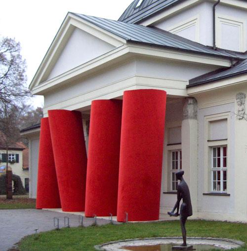 Frontseite des Ausstellungsgebäudes