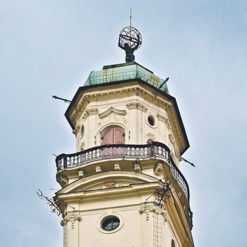 Den Astronomischen Turm schmückt eine Atlas-Figur.
