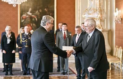 Präsident Zeman gratuliert Miloslav Ludvík zum Ministeramt.
