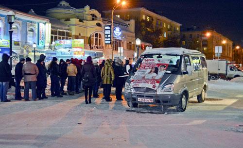 Etwa 200 Menschen kommen jeden Abend zum mobilen Testwagen des Aids-Zentrums.