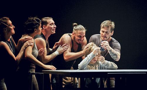 Cirk La Putyka setzen sich in ihrer Performance mit dem Thema Familie auseinander.