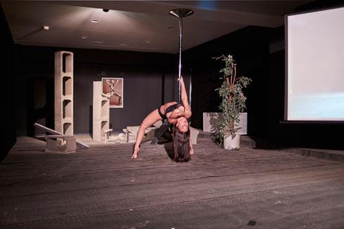 Leichtbekleidete Tänzerinnen, die sich an einer Stange räkeln, spielen in vielen Werken Chocholas eine Rolle. Für den Künstler symbolisieren sie Sinnlichkeit und Spaß.