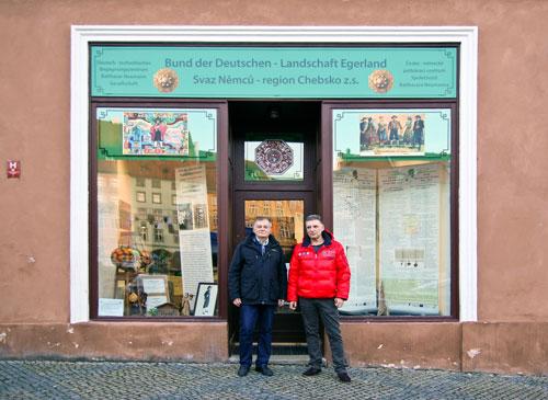 Zu Hause im Egerland: Ernst Franke (links) und Alois Rott vor dem Begegnungszentrum in Cheb