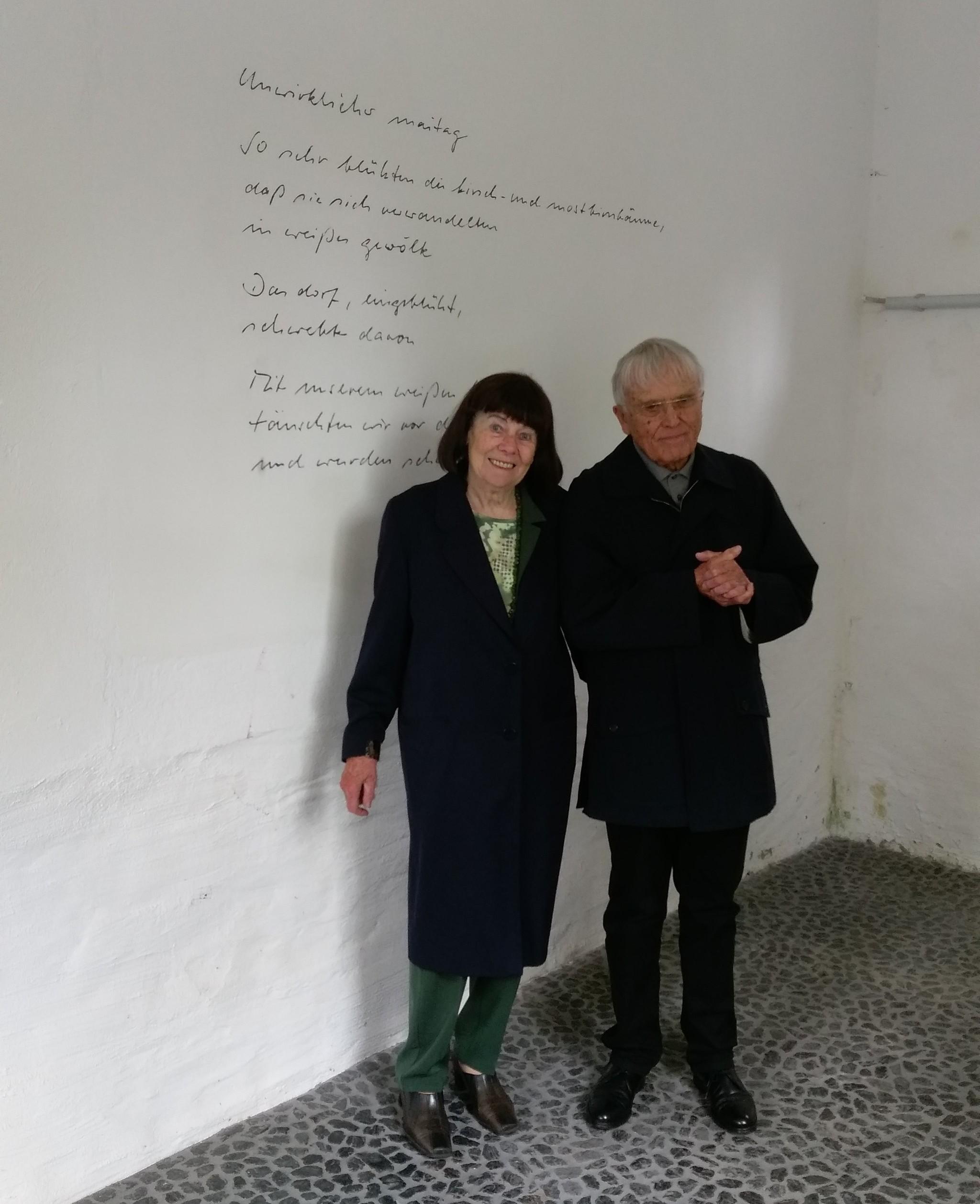 """Reiner und Elisabeth Kunze besuchen im Mai 2017 die Raumarbeit """"Poesie der Energie"""" des Künstlers Frank Maibier in Oelsnitz/Erzgebirge. / © Sachsenbambus, CC BY-SA 4.0"""