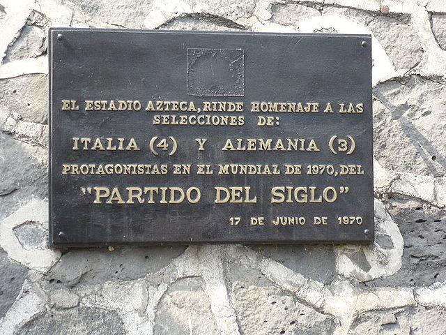 Erinnerungstafel für das Jahrhundertspiel am Aztekenstadion in Mexiko-Stadt