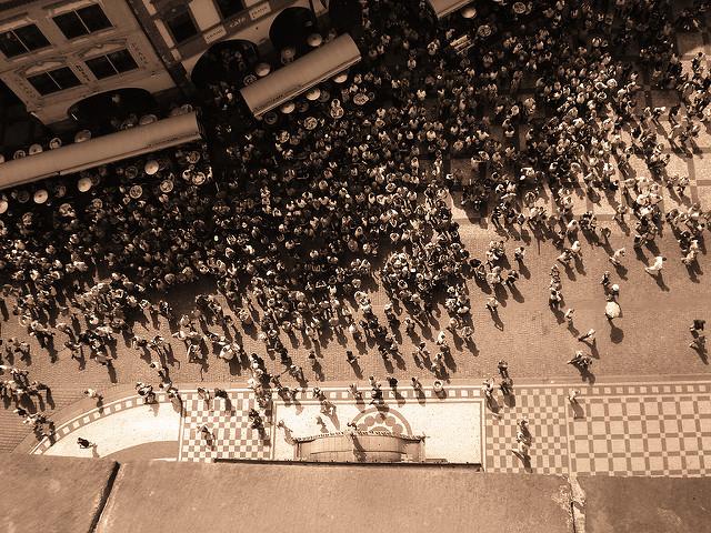 """Touristen erwarten das """"Schaulaufen"""" der Apostel © Henryli, CC BY-ND 2.0"""