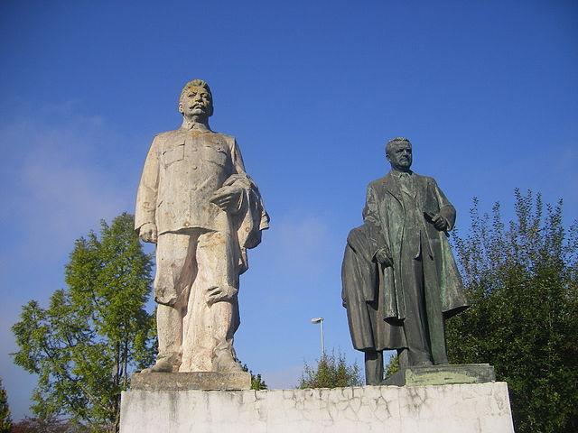 Steinerne Zeugen der Geschichte: Statuen von Stalin und Gottwald im schwäbischen Gundelfingen © Szeder László, CC BY-SA 4.0
