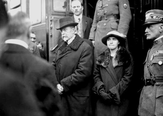 Tomáš G. Masaryk kehrte am 21. Dezember 1918 bereits als Präsident aus dem Exil in die Tschechoslowakei zurück (neben ihm seine Tochter Olga). © Josef Jindřich Šechtl, CC BY-SA 3.0