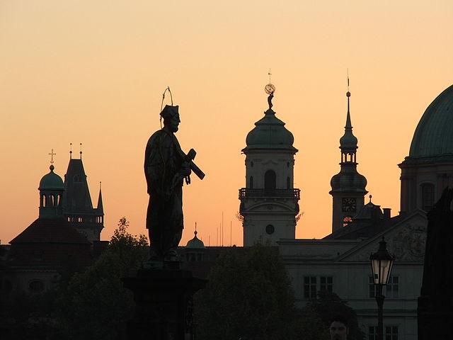 Statue des Heiligen Nepomuk auf der Karlsbrücke © Hynek Mo, CC BY-SA 3.0