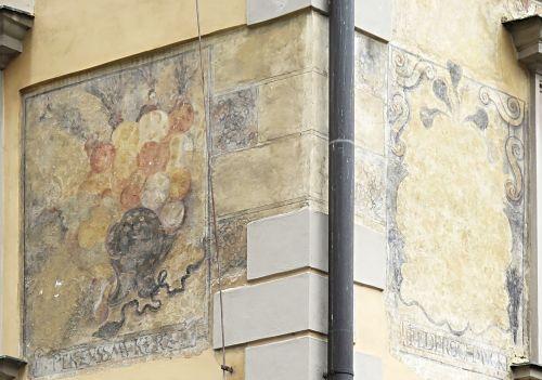 Zu den drei Straußen (U tři pštrosů) - Ecke Westfront-Südfront mit Firmenschildern