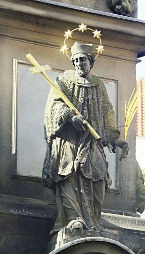 Johannes Nepomuk als einer der Landespatrone auf dem Sockel der Dreifaltigkeitssäule, Kleinseitner Ring