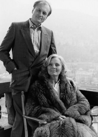 """Dietrich Mattausch und Ruth Maria Kubitschek bei den Dreharbeiten zum Thriller """"Im Schatten der Angst"""" (1988) © Ziegler Film"""