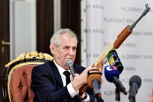 Gefährlicher Zynismus: Präsident Zeman richtet im Oktober 2017 indirekt eine Waffe auf alle Journalisten.
