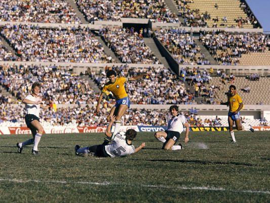 Mirko Votava spielte fünf Mal für die DFB-Elf. Hier (Nummer 15) bei einem Freundschaftsspiel gegen Brasilien mit Superstar Sócrates im Januar 1981. Endstand aus deutscher Sicht: 1:4 © APZ