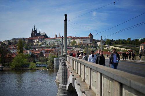 Die Mánes-Brücke verbindet die Altstadt mit der Kleinseite. © prague.eu