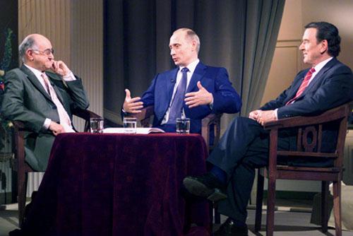 Wladimir Putin und Gerhard Schröder in Bioleks Talkshow >Boulevard Bio< im April 2002 © kremlin.ru, CC BY 4.0