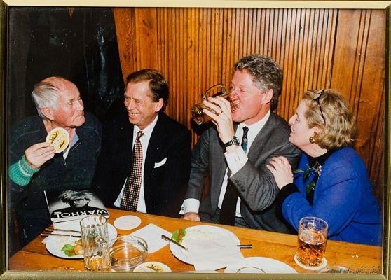 "Bohumil Hrabal mit Václav Havel, Bill Clinton und Madeleine Albright ""beim Goldenen Tiger"", 11. Januar 1994 © Jiří Jířů"