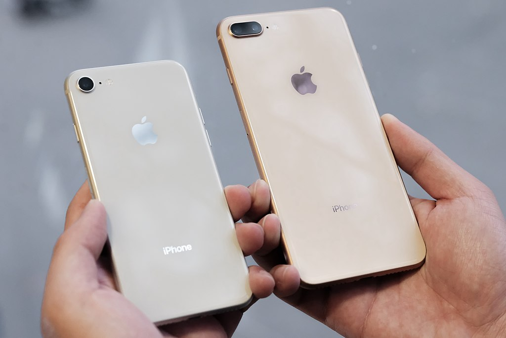 1024px-IPhone_8_silver_and_iPhone_8_Plus_gold