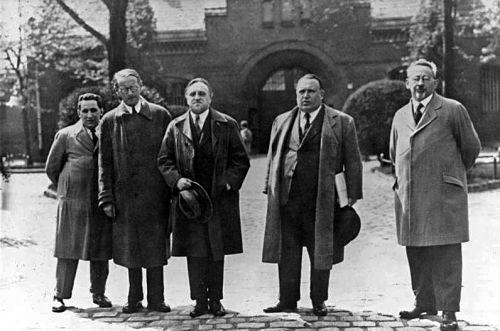 Carl von Ossietzky vor der Strafanstalt Berlin-Tegel