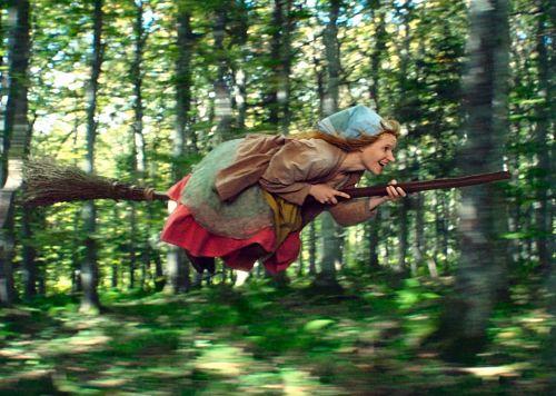 Die kleine Hexe (Karoline Herfurth) fliegt zum Blocksberg