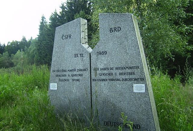Denkmal_Genscher-Dienstbier-novedomky