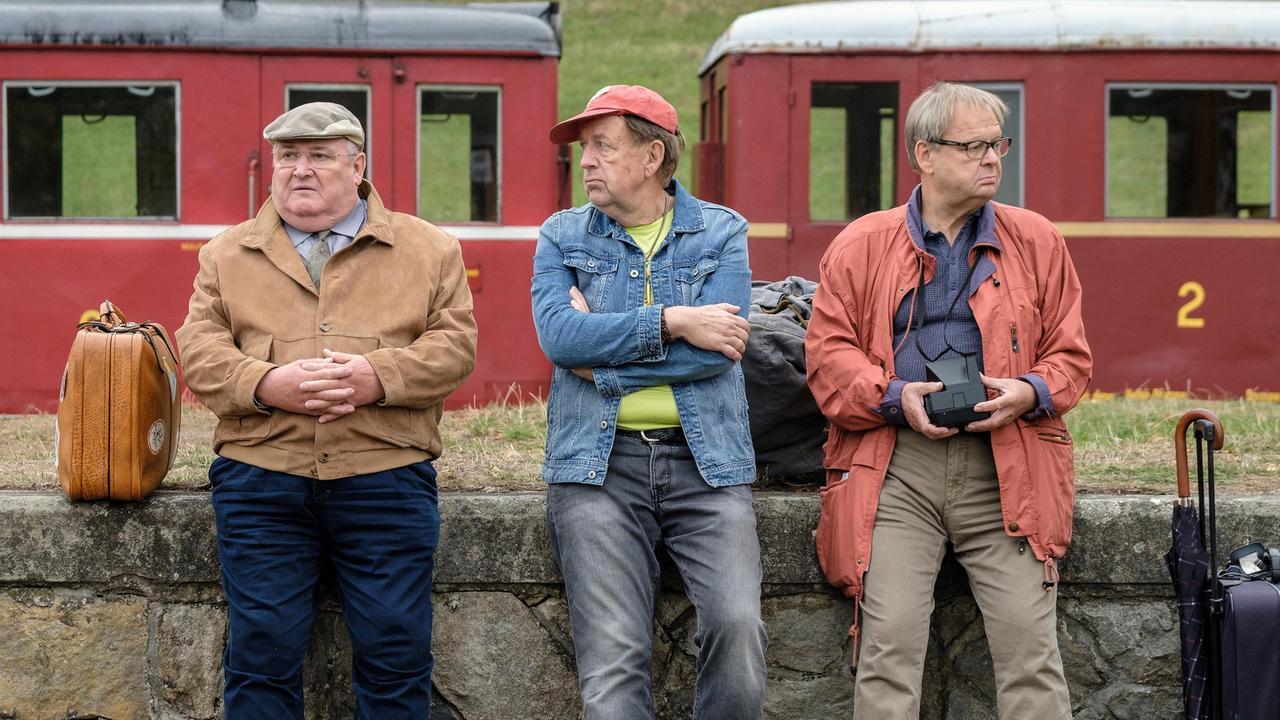 die-drei-freunde-paul-krueger-ecki-und-bernd-reisen-nach-tschechien-und-kommen-am-bahnhof-in-100~_v-varxl_347abe