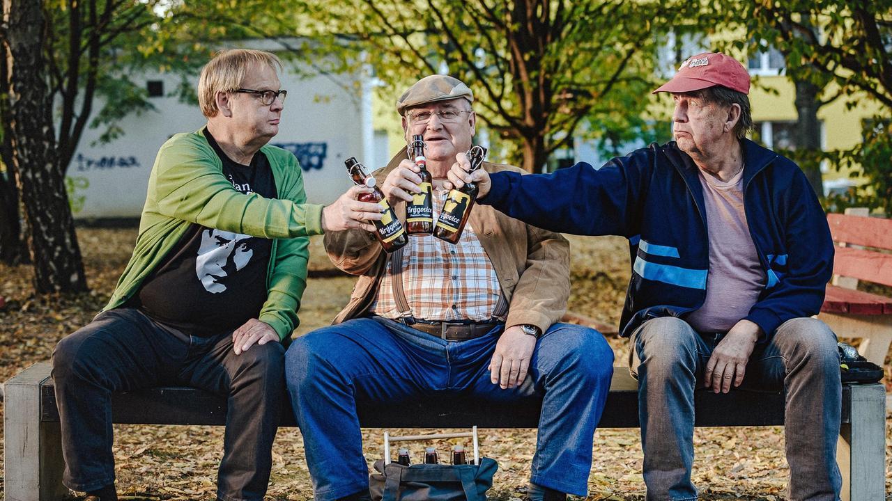 die-tradition-geht-weiter-krueger-bernd-und-ecki-stossen-an-mit-bier-aus-krygovice-100~_v-varxl_c6b1b2